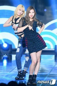 Momo n Sana South Korean Girls, Korean Girl Groups, Twice Songs, Twice Kpop, Lovely Smile, Minatozaki Sana, Dahyun, Cute Little Things, Stage Outfits