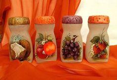 Resultado de imagem para how to fabric decoupage wine bottle Plastic Bottle Crafts, Wine Bottle Crafts, Jar Crafts, Diy And Crafts, Plastic Bottles, Bottle Painting, Bottle Art, Bottles And Jars, Glass Jars