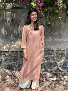 Pair it with narrow bottoms and there's your perfect work wear look. Simple Kurta Designs, Kurta Designs Women, Simple Pakistani Dresses, Pakistani Dress Design, Dress Indian Style, Indian Dresses, Ethnic Outfits, Indian Outfits, Casual College Outfits