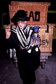 Boy George e seu boneco