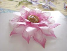 TUTORIAL SOSPESO TRASPARENTE Plastic Flowers, Paper Flowers, Diy Crafts Instructions, Christmas Fair Ideas, Decoupage, Craft Projects, Projects To Try, Flower Making, Making Bows