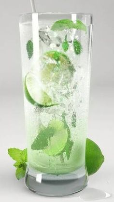 drink mojito Cocktail Recipes, Cocktails, Summer Dessert Recipes, Smoothie Drinks, Mojito, Pint Glass, Finger Foods, Shake, Rum