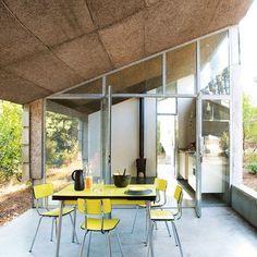 Une cuisine en toute simplicité - Des amis Bordelais se partagent cette maison qui reflète avec précision leurs envies. Lumineuse et spacieuse, cette résidence secondaire est avant tout un lieu de repos qui va droit à l'essentiel ; c'est-à-dire l'environnement et la simplicité.