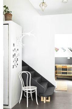 Moderni talo, jossa kirpputorisisustus päivittyy tiuhaa tahtia
