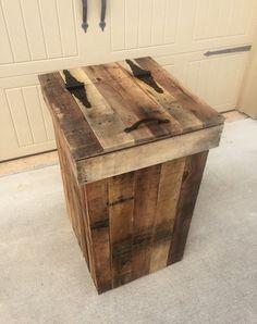 Wood Trash Can Holder, Wooden Trash Can, Wooden Pallet Projects, Wooden Pallets, Wooden Diy, 1001 Pallets, Wood Laundry Hamper, Wood Hamper, Bar Outdoor