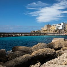 A journey through this southern Apulian wonderland. Green Park, Southern Italy, Fresh Seafood, Italian Dishes, Large Homes, Sandy Beaches, Sicily, Italy Travel, Palm Trees