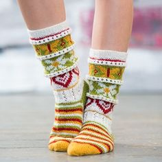 Bilderesultat for sommersokker Fair Isle Knitting, Knitting Socks, Hand Knitting, Tribal Women, C2c Crochet, Sock Shoes, Leg Warmers, Mittens, Women Accessories