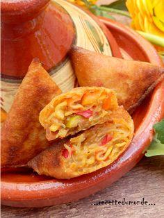Je vous souhaite à tous un très bon Ramadan !!! Ingrédients pour 20 triangles; . 10 feuilles de brick coupées en deux . 1 gros oignon . 4 c/s d'huile d'olive . 1 poivron rouge . 1 poivron vert . 2 tomates concassées . 10 surimi environ . 1 ail . sel poivre...