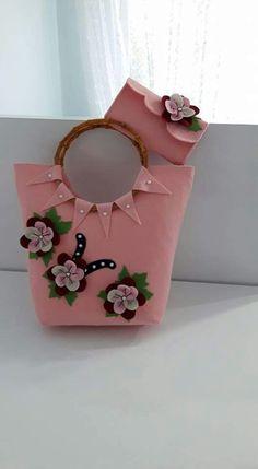 This Pin was discovered by Ümm Diy Handbag, Diy Purse, Handmade Handbags, Handmade Bags, Felt Diy, Felt Crafts, Broderie Bargello, Types Of Handbags, Sacs Design