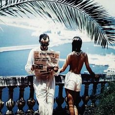Palmleaves and newspapers. Great views and good vibes. Have a lovely Tuesday everyone. #helmutnewton #goodvibes #tuesday #misstunicaworld