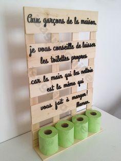Porte papier toilette sur planche de palette  Texte entièrement en bois découpé et peint à la main.  Dimensions : 40 l x 64 h x 11 L  Porte papier toilette en bois brut e - 15719539