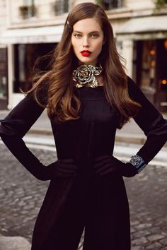 Love the sideswept hair, clean face, and rep lips. Chic!