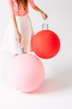 Last Minute Diy Holiday Ornaments - Diy Giant Ornament Balloons Via Studio Diy Noel Christmas, Christmas And New Year, All Things Christmas, Christmas Lights, Preppy Christmas, Christmas Sayings, Christmas Trends, Modern Christmas, Christmas Countdown