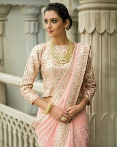 Latest Collection of Saree & Blouse Designs in the photo gallery. Saree & Blouse styles from India's Top Online 🛒Shopping Sites. Sari Design, Sari Blouse Designs, Fancy Blouse Designs, Choli Designs, Golden Blouse Designs, Beau Sari, Salwar Kameez, Kurti, Bluse Outfit