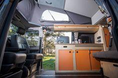 Bovenkastjes - Reimo elevating roof and bed Van Conversion Build, Van Conversion Layout, Camper Van Conversion Diy, Vw Transporter Camper, Car Camper, Mini Camper, Campervan Storage Ideas, Objet Deco Design, Bus Living