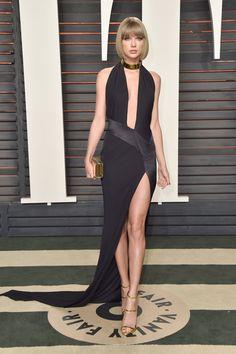 Taylor Swift, admito que me gusto este vestido, aunque lo hubiese escogido en negro, vino o verde oscuro.