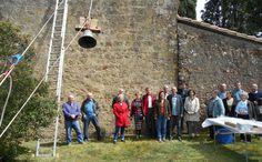 La chapelle de la Castagnère (Gers) retrouve sa cloche. Ce sont les Etablissements Bodet qui ont mené cette opération délicate de hisser cette vieille dame de 58 kg d'airain et de la réinstaller avec son joug renforcé au sommet du clocher-mur de la petite chapelle romane du XIIe siècle.
