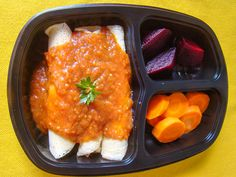 Yes Food Brasil - Linha SPA 380gr - Panquecas sem glúten de frango com molho sugo; salada de beterraba e cenoura.