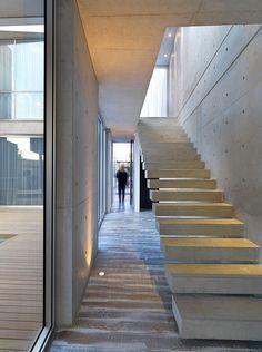 Hogar Moderno de Chipre Mezcla de Elementos Industriales con Diseño Minimalista
