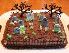 Halloween Graveyard Cake Sheets – Fun for Christmas & Halloween Halloween Snacks, Halloween Torte, Pasteles Halloween, Bolo Halloween, Recetas Halloween, Hallowen Food, Halloween Graveyard, Halloween Baking, Halloween Dinner
