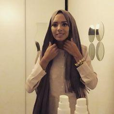 Salam Salam sa faisait longtemps ✌🏻️ petit Tuto pour les filles qui aime pas quand les frange du foulard ce voit 😊 (je vient de voir que mon foulard n'était pas repasser sa me stress😭) #tutohijab