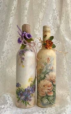 DIY Vintage Bottles for Home Decor painted wine bottles Glass Bottle Crafts, Wine Bottle Art, Painted Wine Bottles, Diy Bottle, Vintage Bottles, Antique Bottles, Vintage Perfume, Antique Glass, Beer Bottle