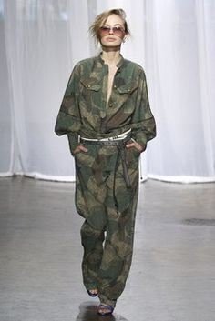 See all the Collection photos from Zadig & Voltaire Spring/Summer 2018 Ready-To-Wear now on British Vogue Camo Fashion, Fashion 2018, Military Fashion, Fashion Week, New York Fashion, Vogue Paris, Army Look, Military Looks, Lela Rose