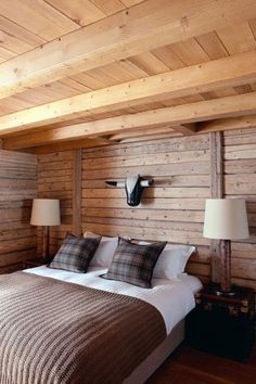 26 Amazing Natural Chalet Bedroom Designs : 26 Amazing Natural Chalet Bedroom Designs With Brown And White Bed And Wooden Headboard And Beams And Table Lamp Design Ski Chalet Decor, Chalet Interior, Interior Window Shutters, Cosy Bedroom, Cabins And Cottages, White Bedding, Chalet Style, Chalet Chic, Home Decor