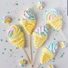 Meringue pops 😍😋 by . Please comment 🤗 . Swipe to have a closer look at the details 😍 . Do you need more inspiration… Meringue Desserts, Buckwheat Cake, Meringue Kisses, Salty Cake, Cake Decorating Techniques, Savoury Cake, Cupcake Cookies, Banana Cupcakes, Chip Cookies