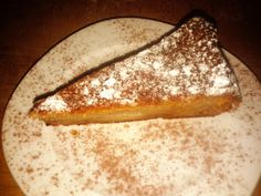 Torta di castagne e mele: che delizia! A traditional cake made of chestnut flour and apples.