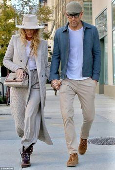 Blake Lively keeps lowkey on romantic walk with hubby Ryan Reynolds is part of Mens pants fashion - Yesterday Blake Lively whipped through seven different looks as she jetted around NYC for a busy day of promo Blake Lively E Ryan Reynolds, Ryan Reynolds Style, Blake Lively Moda, Blake Lively Street Style, Blake Lively Style Casual, Business Casual Dresses, Casual Outfits, Men Casual, Night Outfits