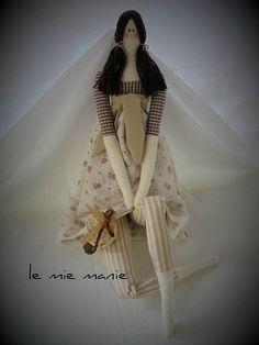 Bambola tilda, realizzato interamente a mano, in stoffa di cotone e imbottitura al 100% polyestere. Il modello disponibile ha il vestito nelle tonalità del beige/marrone e ha in mano una decorazione. Le bambola è alta 62-63 cm. Non è un giocattolo, ma una creazione per amanti delle