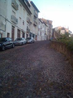 como no perder peso con estas subidas? asi son las mayorias de las calles en #coimbra... observen la calzada portuguesa
