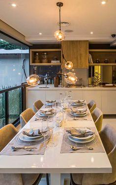 Varanda gourmet preparada para um jantar chiquérrimo Dining Table Design, Dining Area, Dining Room, Apartment Balcony Garden, Dream Apartment, Walk In Closet Design, Open House Plans, Home Decor Kitchen, Patio