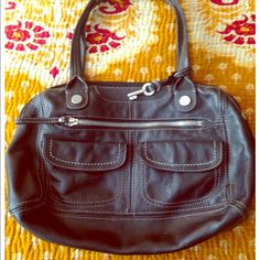 Black Fossil Purse This black leather purse from Fossil is easy to style, and the perfect size for everyday wear. In fantastic condition! No tears, holes, or stains! Pair with a peasant blouse and boyfriend jeans to complete your easy going look ❤️ Fossil Bags Shoulder Bags