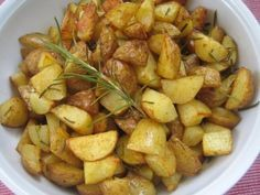 #potatoes with #rosemary: 1 KilogrammKartoffel ungeschält frisch  1 BundRosmarin frisch  Olivenöl  Salz  Pfeffer aus der Mühle  Paprika Gewürz      <- lecker!