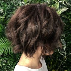 Jagged Chin-Length Bob With Waves Short Shag Hairstyles, Bob Hairstyles For Fine Hair, Spring Hairstyles, Bob Haircuts, Chin Length Hairstyles, Short Length Haircuts, Short Wavy, Short Hair Cuts, Growing Out Short Hair
