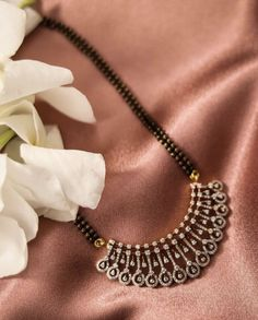 Pearl Necklace Designs, Jewelry Design Earrings, Gold Earrings Designs, Gold Jewellery Design, Diamond Jewellery, Gold Jewelry, Simple Necklace Designs, Diamond Earrings Indian, Wedding Jewelry