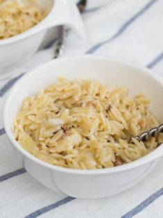 This Creamy Orzo Bacon Pasta tastes somewhat like pasta, while combining a number delicious flavors, deriving from bacon, onion and parmesan.
