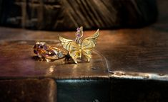 The main motif of Alegoría pieces is graceful and romantic butterflies. These jewels, that belong to Universo collection have been specially crafted in yellow gold, diamonds and pink sapphires for women who want to look delicate, feminine and vulnerable.