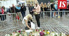Lauantaipäivän aikana kukka- ja kynttilämeri Turun Kauppatorilla on kasvanut, kun kymmenet ovat tulleet muistamaan perjantain hyökkäyksen uhreja.