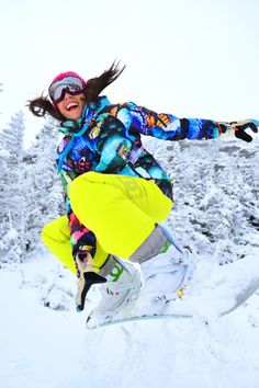 Pinspiration: 20 looks om te skiën in stijl Snowboard Girl, Fun Winter Activities, Snowboarding Gear, Snow Fashion, Winter Fashion, Rain Jacket Women, Snow Bunnies, Summer Vacation Spots, Winter Hiking