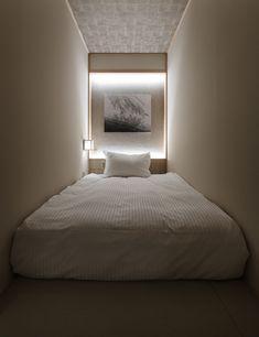 small hotel Hotel Zen Tokyo, a minimalist Zen-style capsule hotel in Tokyo. Cama Futon, Narrow Bedroom, Single Size Bed, Hotel Sheets, Tokyo Hotels, Paris Hotels, Capsule Hotel, Zen Style, Zen Design