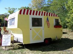 Happy Little Vintage Camper - Sisters on the Fly ♥♥♥♥ Tiny Trailers, Vintage Campers Trailers, Retro Campers, Vintage Caravans, Camper Trailers, Shasta Trailer, Old Campers, Little Campers, Happy Campers