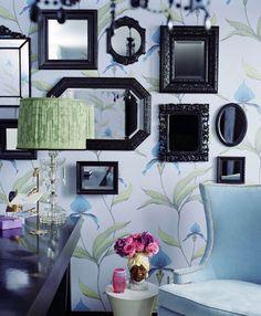 pared-empapelada-en-tonos-azules-con-espejos-enmarcados-en-negro-kishani-perera.jpg (407×494)