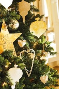 Traditional And Unusual Christmas Tree Décor Ideas_37