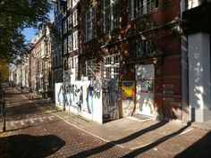 https://flic.kr/p/NuJrSg   2016.10 - 'A close view on a small construction-site' - Amsterdam photos, in the sunlight of October- geotagged free urban picture, in public domain / Commons CCO; city photography in The Netherlands, Fons Heijnsbroek   'A close view on a construction-site' - Amsterdam in photos.  View on a row of 17th century Dutch mansion-houses in light and shadows, including a small wall-decoration on the fence of the small construction-site at the street Prinsengracht - a…