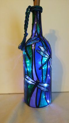 Dragonfly Lighted Handpainted Wine Bottle Inspired Stained Glass look Dragon Fly Weinflasche Fleck Glas Painted Glass Bottles, Glass Bottle Crafts, Wine Bottle Art, Lighted Wine Bottles, Diy Bottle, Bottle Lights, Decorated Bottles, Vodka Bottle, Wine Glass