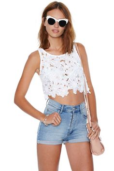 Update your floral wardrobe with this amazing white crop tank featuring a cutaway neckline, racerback, and a scalloped hem. Crop Top Outfits, Summer Outfits, Cute Outfits, Summer Fashions, Tops Bonitos, Crop Top And High Waisted Shorts, Topshop Outfit, Fashion Outfits, Womens Fashion