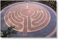 Pavimento con labirinto, campi di Homestead, Plano, Illinois, USA, 2004. Progettato da Labyrinthos, costruito da LAbyrinths in Stone of Yorkville.